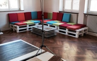Ein Eckbereich im Ausstellungsraum des Parkett Kreativ Haus mit Sitzecke