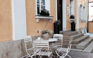 Seitenansicht des Eingangsbereichs im Parkett Kreativ Haus in Etterzhausen bei Regensburg