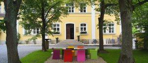 Außenansicht Parkett Kreativ Haus mit Sitzbereich zum Verweilen