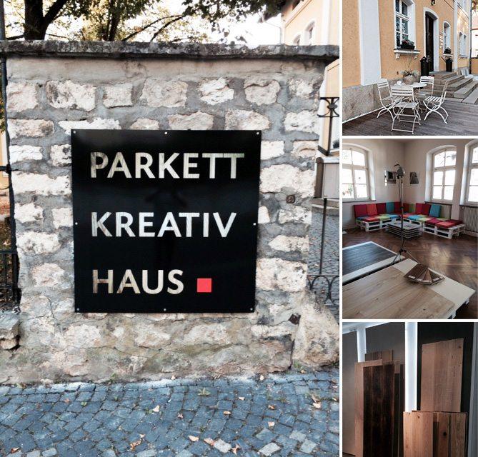 Foto Ansicht des Einfahrtsbereichs, Schild und Innenansichten des Parkett Kreativ Hauses